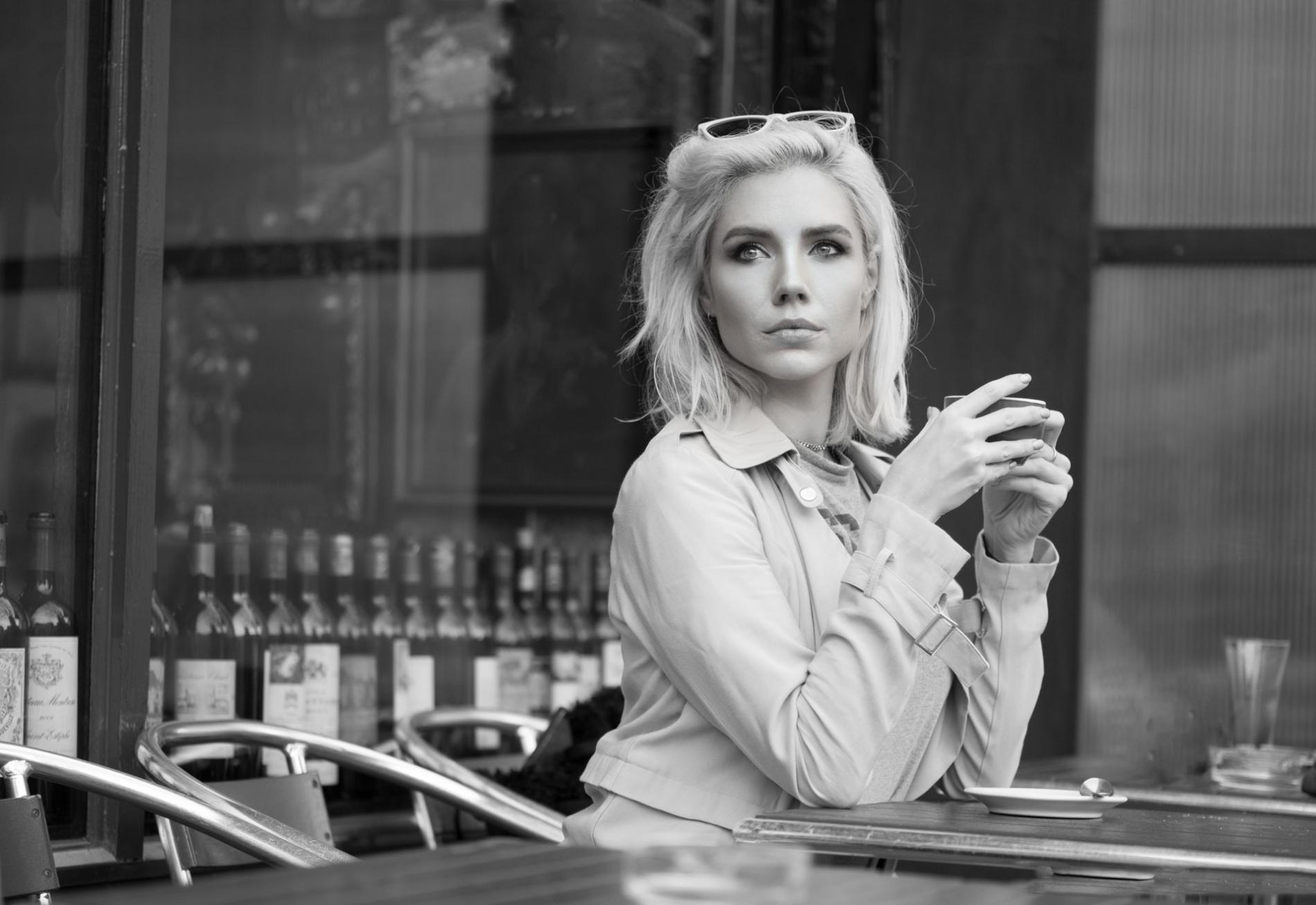 blonde-girl-in-cafe