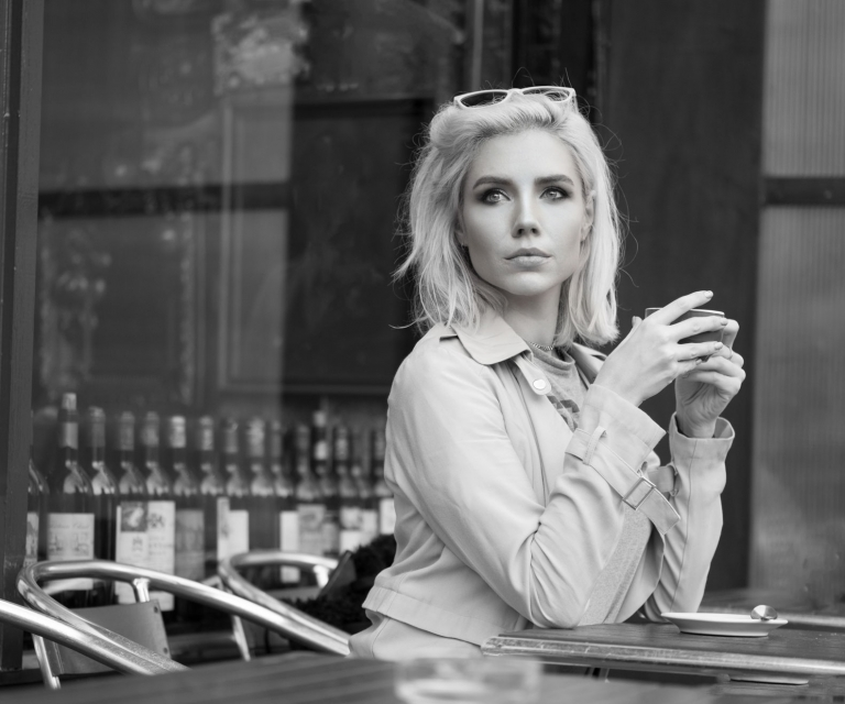 blonde-girl-in-cafe