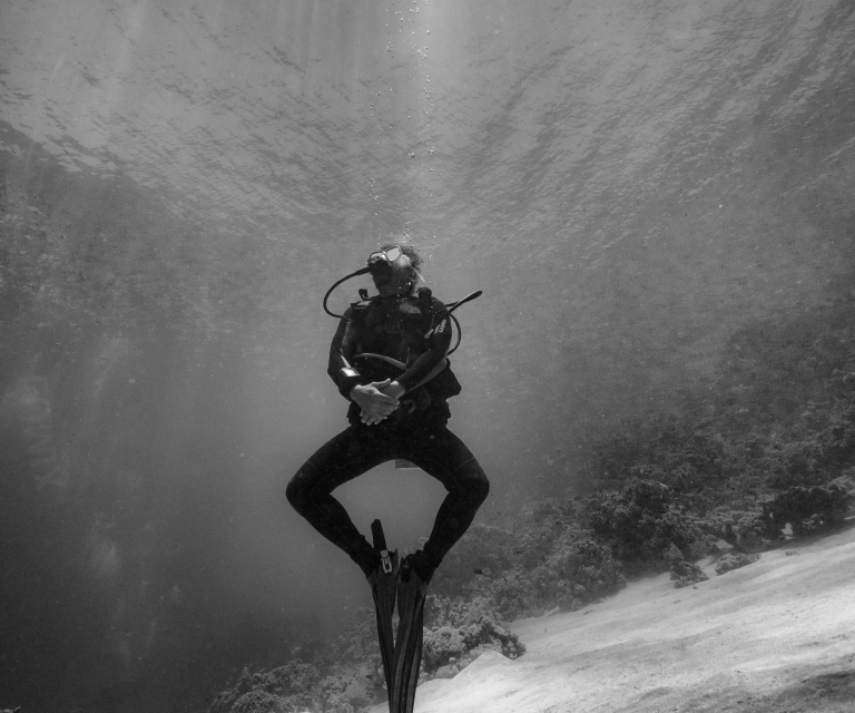Scuba-diver-with-sun-rays