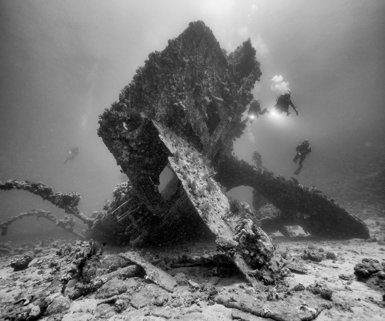 Shipwreck-with-divers